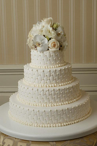 white-wedding-cakes-with-roses