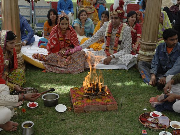 indian-wedding-pundit-fire_23184_600x450