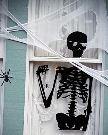 skeleteon-window-halloween-