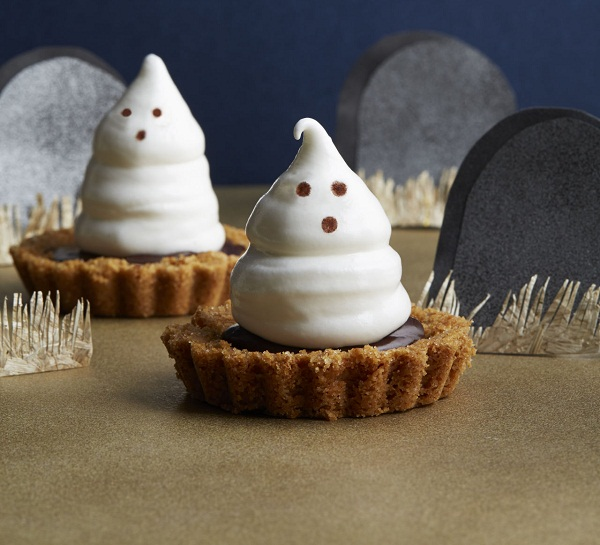 Halloween desserts recipes with pictures make putting these treats together so quick and easy. From chocolate cake to white chocolate treats and peanut butter and candied corn, there are lots of yummy treats you can make.